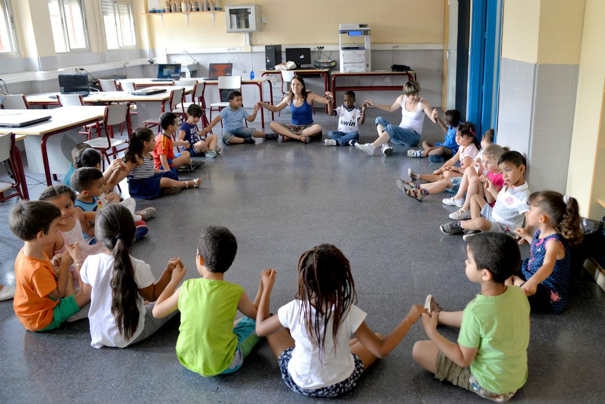 Sesión de teatro en el CEIP Rayuela, en el marco de la Escuela de Familias